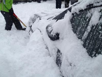 雪で埋まった車の掘出し