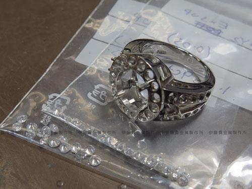 Pt900 4ctダイヤ立爪リング メレダイヤの石留め