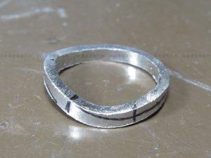 メビウスリング形状のマリッジリング 捻り部分切削